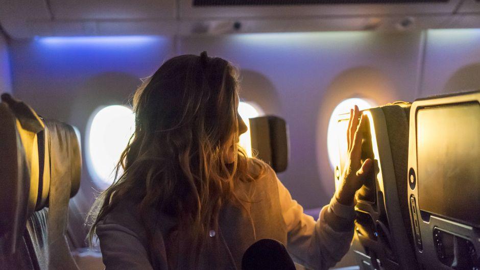 Eine Passagierin im Flieger.