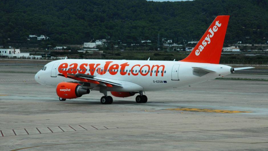 Nach der Landung in Ibiza wurde die betrunkene Passagierin in Handschellen abgeführt.
