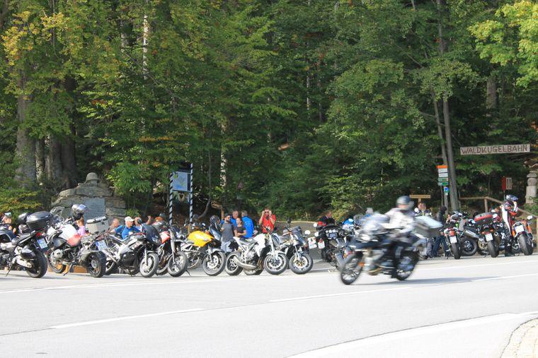 Zwei Räder sind für dich schon ganz okay, aber PS müssen sie haben? Dann schwing dich auf dein Motorrad und düse durch den Bayerischen Wald.