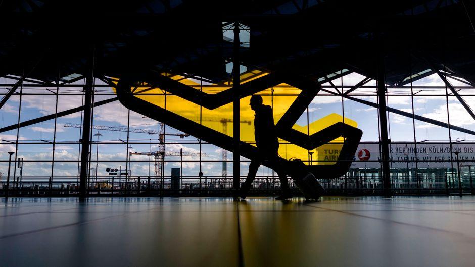 Ein Reisender am Flughafen Köln/Bonn. (Symboldbild)