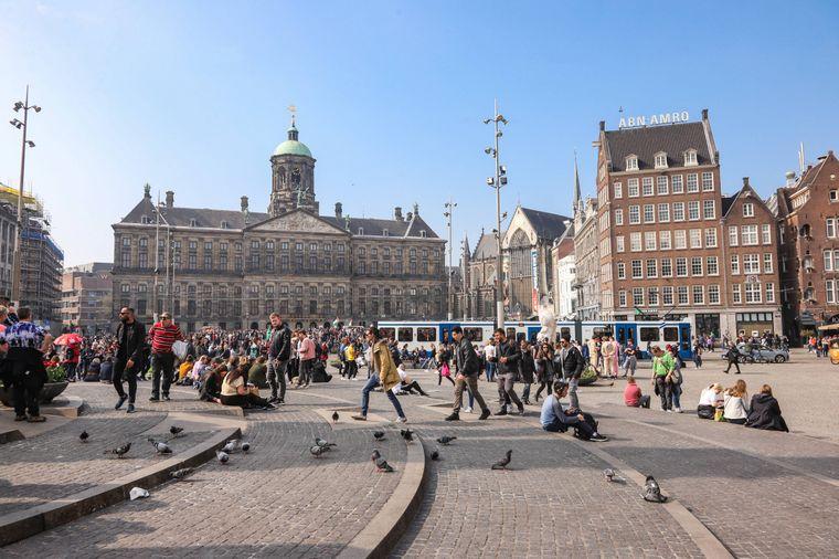 Die Nieuwe Kerk im niederländischen Amsterdam heißt auf Deutsch übersetzt Neue Kirche.