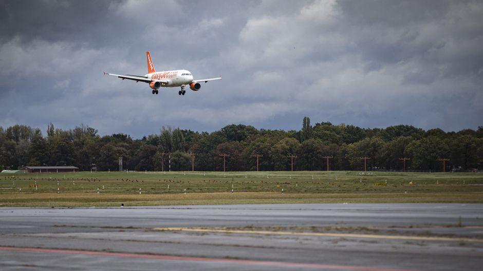 Ein Flugzeug von Easyjet beim Landeanflug auf den Flughafen Berlin-Tegel.