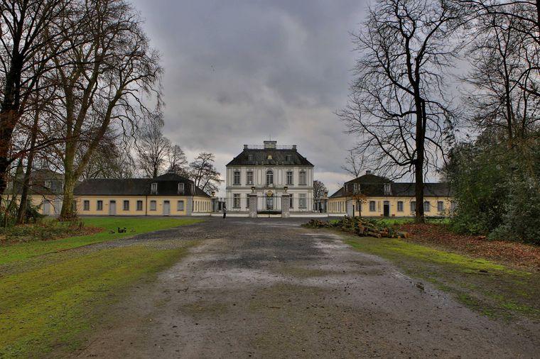 Das Schloss Falkenlust mit seinem Schlossgarten in Brühl.