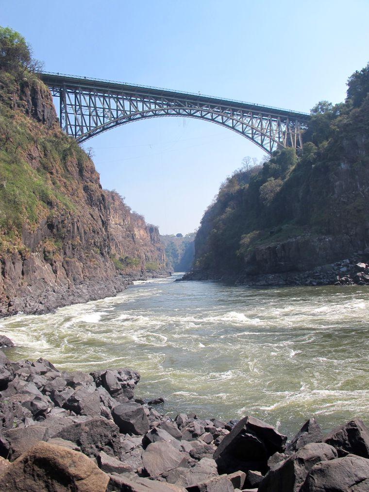 Die Victoria Falls Bridge überspannt den Sambesi direkt unterhalb der Victoriafälle.