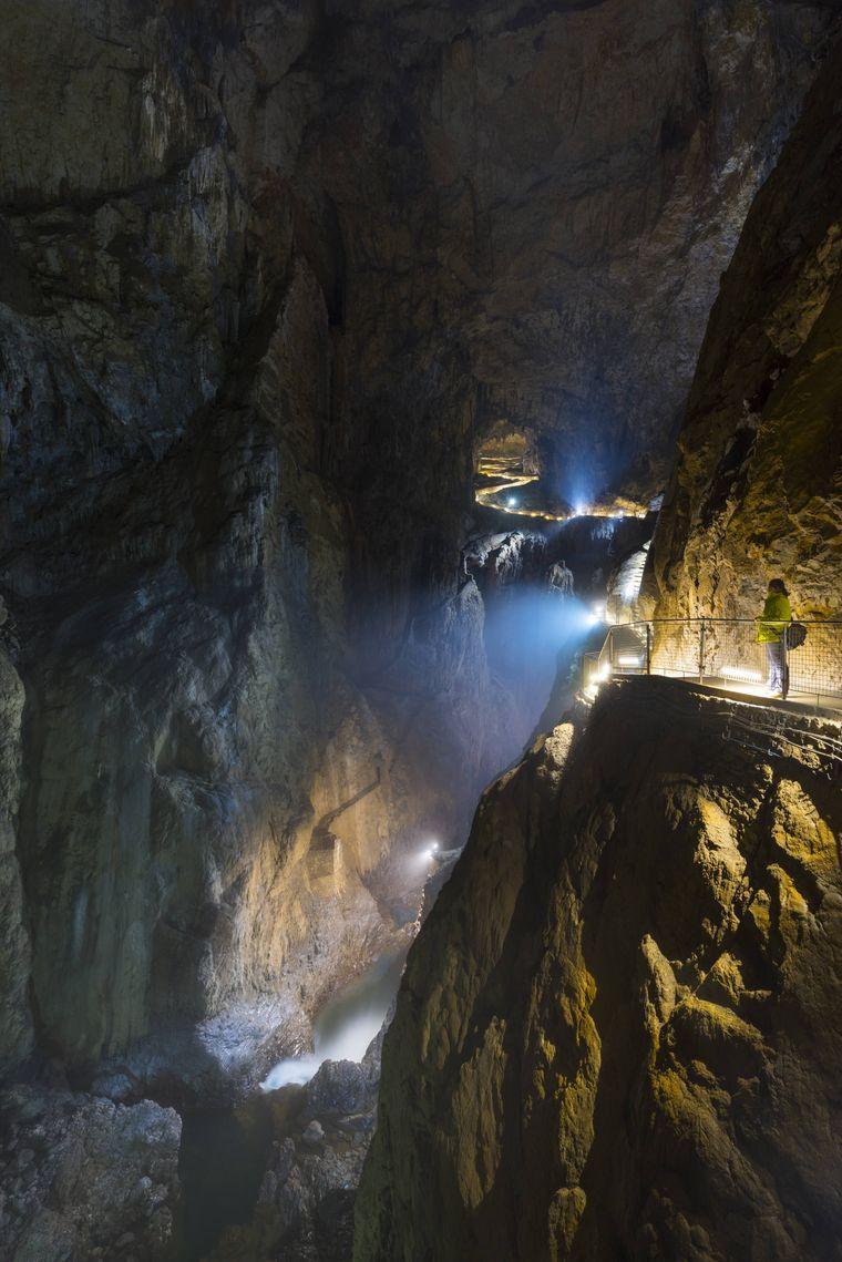 Touristen laufen durch die Höhlen von Škocjan in Slowenien.