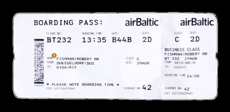 """Dein Name steht immer auf der Bordkarte. MR steht für """"Herr"""". Das Kürzel MRS steht für """"Frau"""". Unter deinem Namen findest du den Abflug- und Zielort, in diesem Fall geht der Flug von Düsseldorf (DUS) nach Riga (RIX)."""