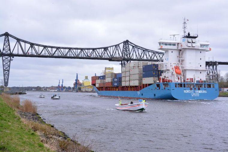 An der Rendsburger Eisenbahn-Hochbrücke kommen Shipspotter auf ihre Kosten.
