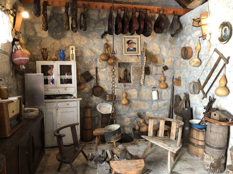Verklärte Vergangenheit: Im Bergdorf Njegos ist ein Bauernhaus mit traditioneller Einrichtung zu sehen - samt Tito-Bildnis an der Wand.