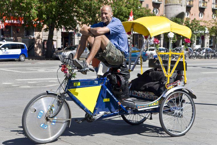 Wartender Rikschafahrer auf dem Rathausplatz in Kopenhagen