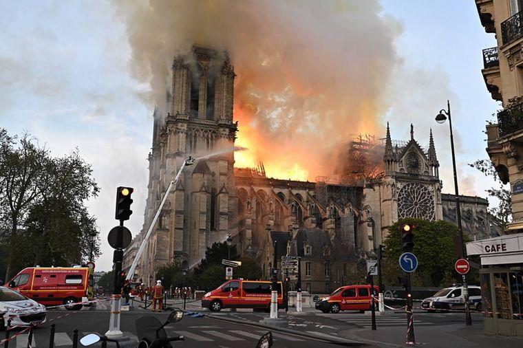 Das Feuer griff auch auf den Nordturm der Kathedrale über.