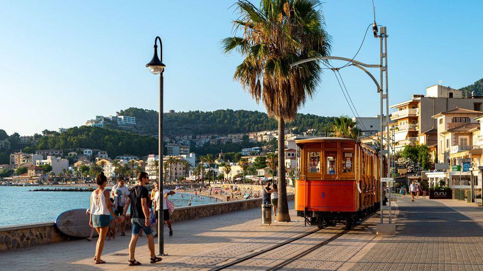 Urlauber auf der Promenade von Sant Pere – haben die erhöhten Corona-Infektionszahlen Einfluss auf den Urlaub?
