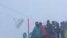 Die Gondel, in der noch Skifahrer sitzen, schwankt heftig hin und her.