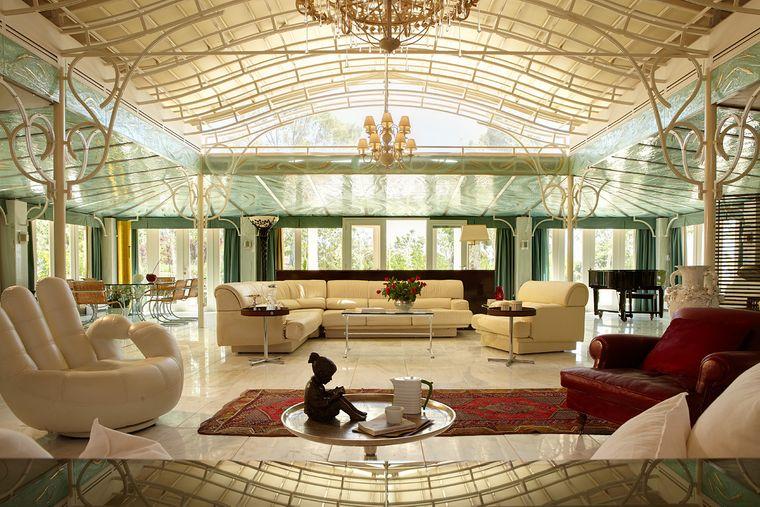 Villa mit Cabrio-Dach.