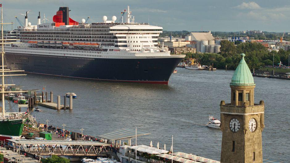"""Die """"Queen Mary 2"""" im Hamburger Hafen."""