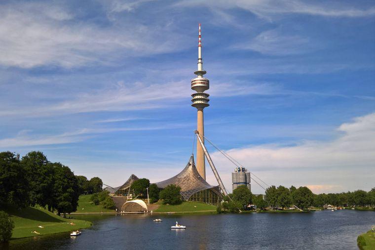 Der Olympiapark in München war der Veranstaltungsort der XX. Olympischen Spiele im Jahr 1972. Der Turm ist 190 Meter hoch.
