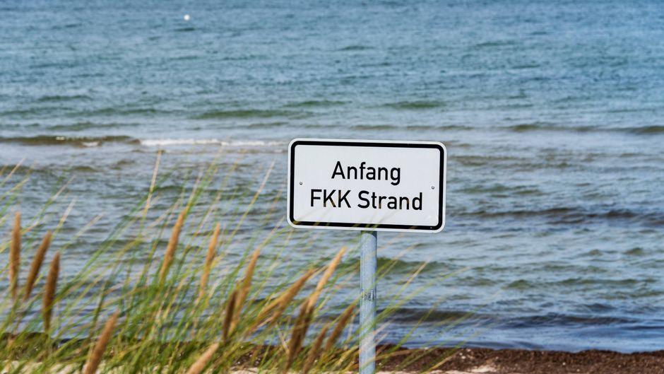 Dieses Schild kennzeichnet den Beginn eines FKK-Strandes.