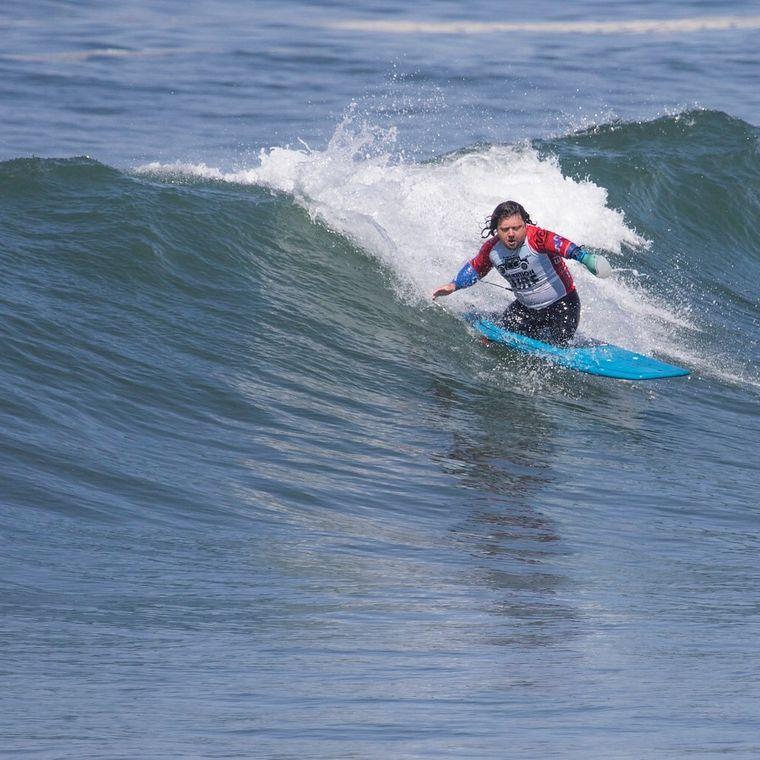 Mit seiner Paddel-Prothese surft Martin mittlerweile auch bei Wettbewerben mit.