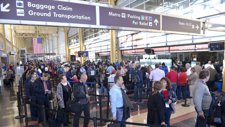 Unter den Massen von Reisenden am Security-Check, an den Gepäckbändern oder im Wartebereich lauern an Flughäfen häufig Betrüger.