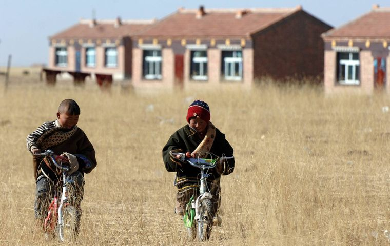 Zwei Kinder spielen in dem Autonomen Bezirk Huangnan nahe der chinesischen Provinz Qinghai.