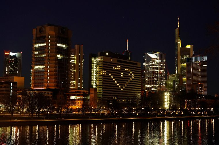 Einige Hotels in Deutschland, wie hier etwa in Frankfurt, haben ihre Zimmer ebenfalls beleuchtet.