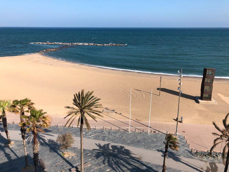 Der beliebte Strand von Barcelona ist wie leer gefegt.