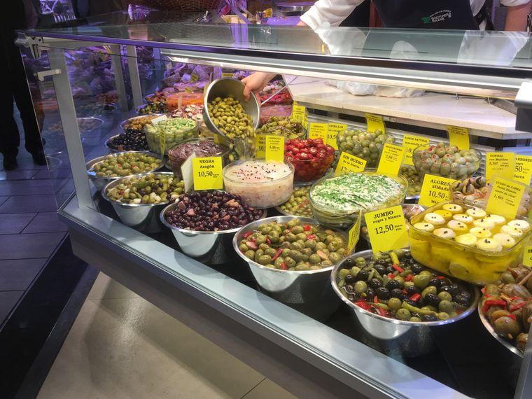 So viel Auswahl: Mediterrane Spezialitäten im Mercato de l'Olivar.