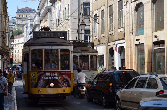 Die gelben Stadtbahnen sind bekannt für Lissabon.