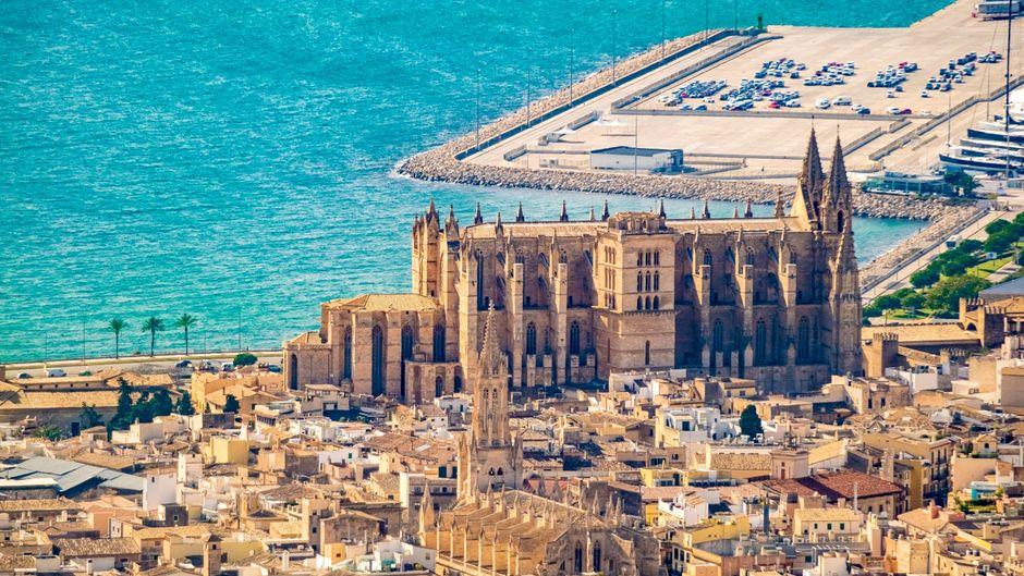 Luftaufnahme der Altstadt von Palma de Mallorca mit der Kathedrale Santa Iglesia.