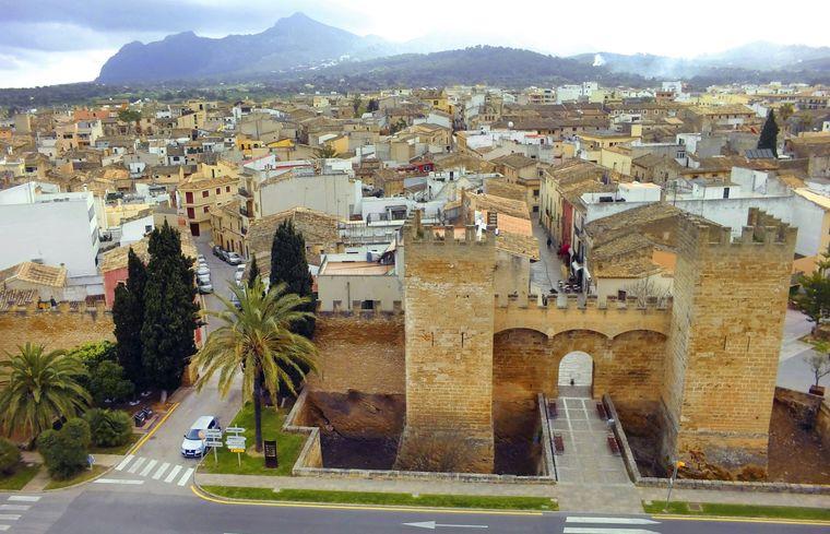 Einmal durch das Stadttor Porta de Sant Sebastià spazieren: Ein Muss bei deinem Besuch in Alcúdia.