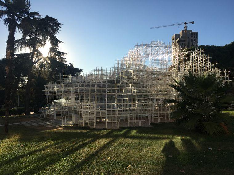 Reja, auch Cloud genannt, ist eine moderne Kunstinstallation vor der National Art Gallery.