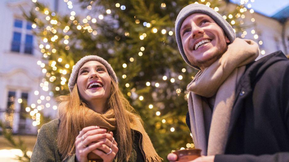 Glühwein zu trinken gehört für viele Menschen auf dem Weihnachtsmarkt dazu. Wo das besonders günstig geht, verrät der Glühwein-Index.