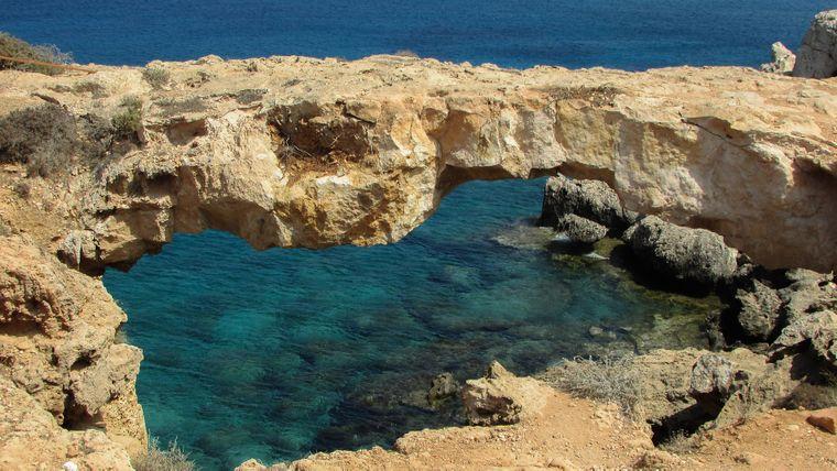Seltsam geformte Felsen an der Küste von Zypern