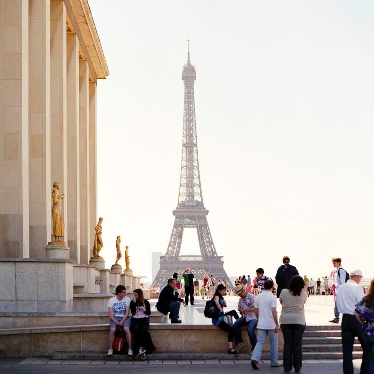 Touristen vor dem Eiffelturm in Paris.