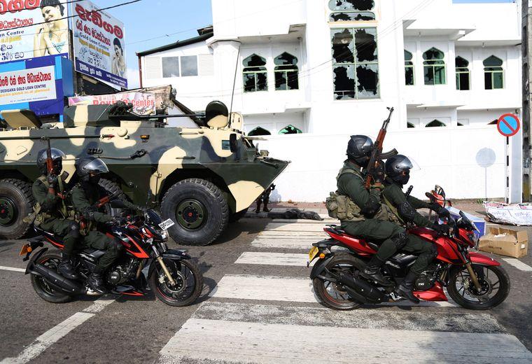 Schwer bewaffente Soldaten in der Stadt Minuwangoda in Sri Lanka.