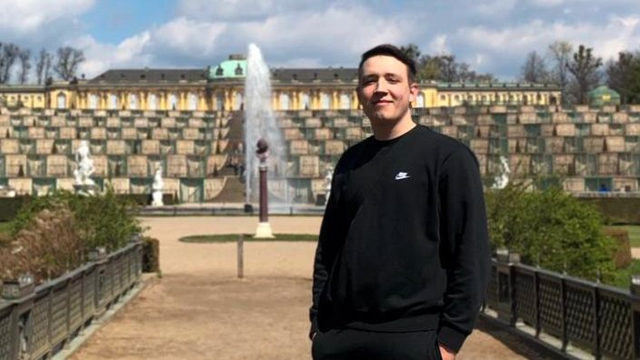 Am Schloss Sanssouci in Potsdam ist Hugo gestartet, um für seine an Corona verstorbene Oma zum Gardasee zu wandern.