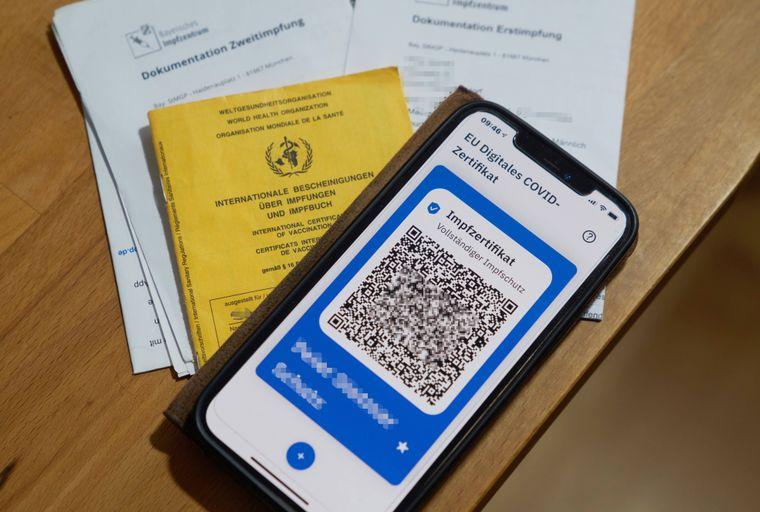 Der Impfnachweis gehört ins Gepäck – am besten sowohl als digitale Version in der CovPass-App als auch im Impfpass auf Papier.