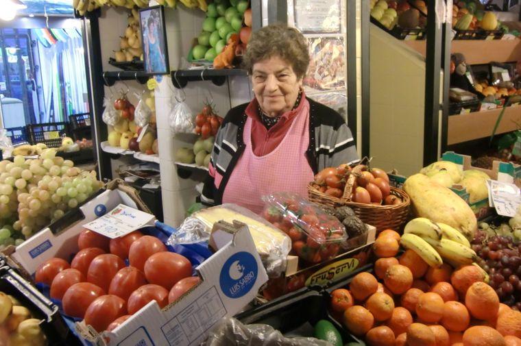 Die 76-jährige Aurora Brito arbeitet seit 64 Jahren im Mercado Campo de Ourique hinterm Obsttresen.