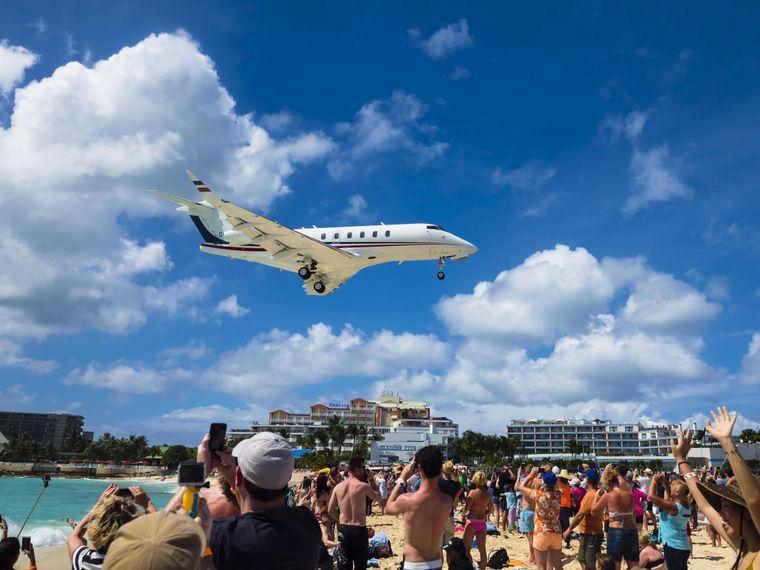 Ein Flugzeug im Landeanflug über dem Maho Beach.