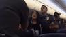 Die Frau wird von Polizisten aus dem Flugzeug von Southwest Airlines gezerrt.