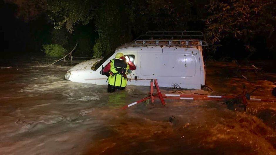 Weißer Transporter auf überfluteter Straße in Muy, Frankreich.