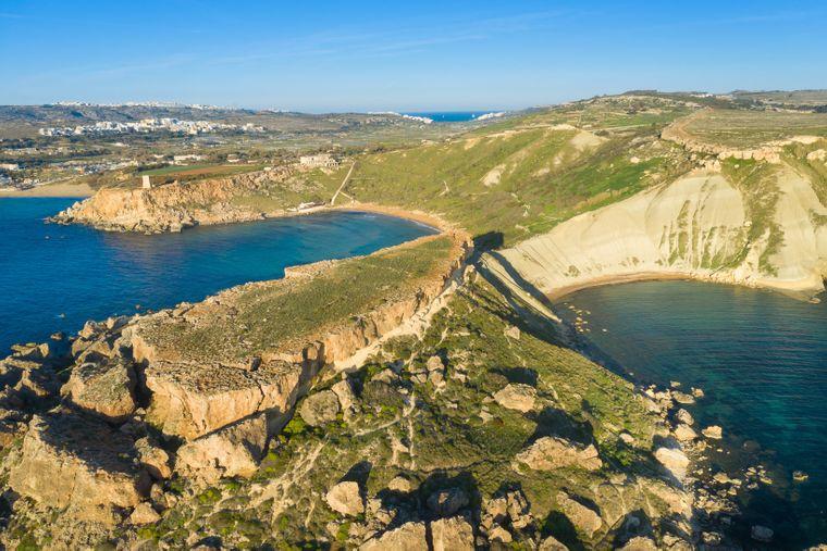 Blick von oben auf die Sanap Cliffs auf Gozo, einer Insel von Malta.