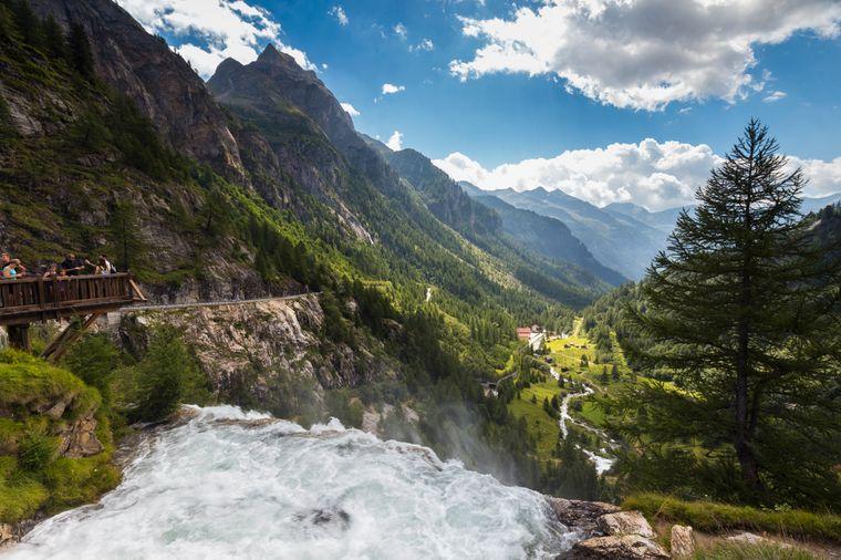 Die hölzerne Aussichtsplattform am Wasserfall von Toce bietet einen phänomenalen Aussichtspunkt.