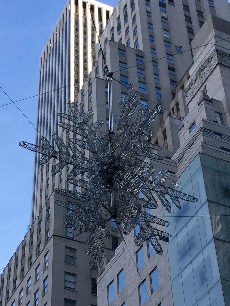 Schlicht und ikonisch: Der Schneekristal über der Fifth Avenue.