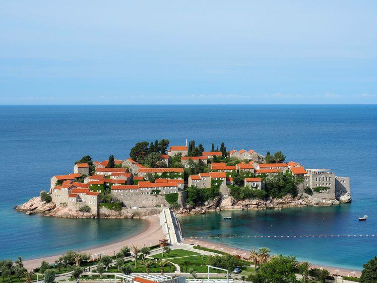 Die Hotelinsel Sveti Stefan ist ein beliebtes Ziel von Weltstars wie Sophia Loren und Sylvester Stallone.