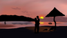 Paar am Strand im Sonnenuntergang.