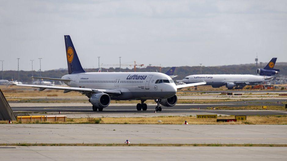 Ein Lufthansa-Flugzeug am Flughafen Frankfurt am Main.