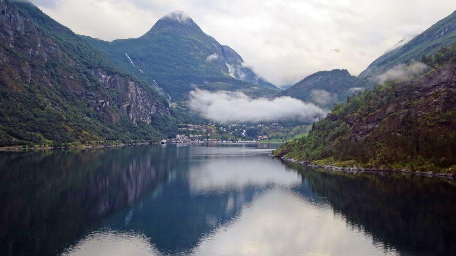 Blick vom Schiff in den Geirangerfjord.
