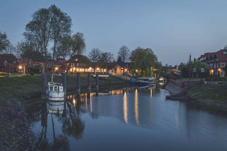 Der idyllische Hafen in Hitzacker an der Elbe begegnet Wanderern auf ihrem Pfad.