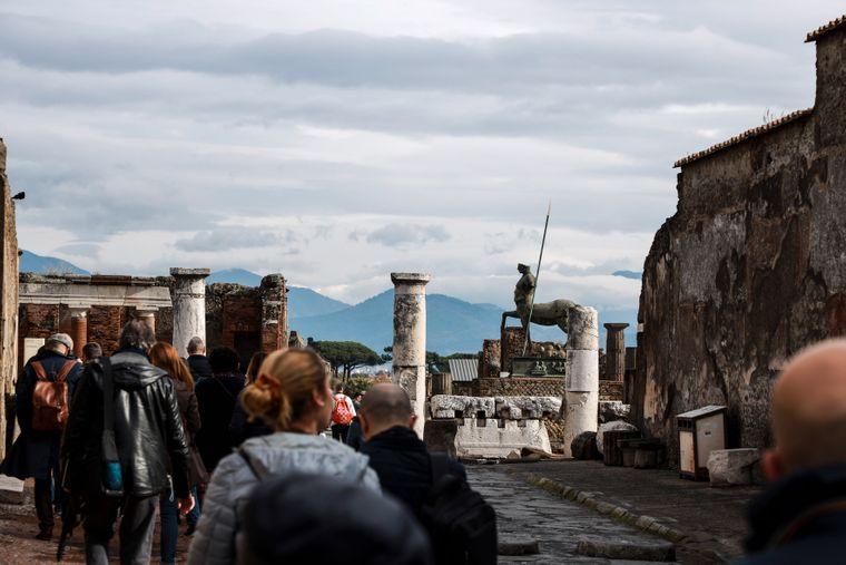 Die unvollendete Therme: Nur die Überreste imposanter Säulen und abgebröckelter Statuen deuten auf die prunkvolle Vergangenheit Pompejis hin.