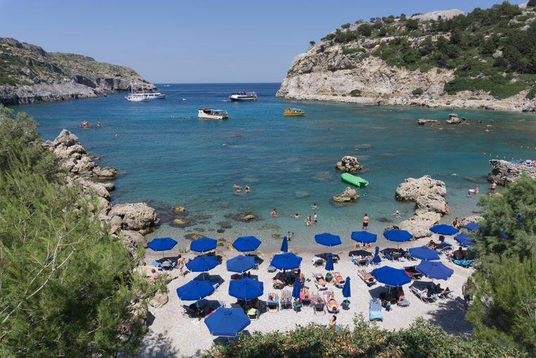 Diese Bucht ist ein nach Anthony Quinn benannter Strand mit Liegestühlen und Sonnenschirmen.